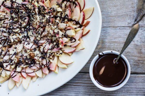 Æblenachos med chokoladesovs og mandelsmør